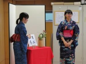 写真10(田渕、高橋花の説明)