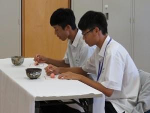 写真9(お菓子を食べる台湾生徒)