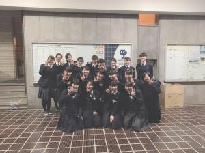 三月に卒業した先輩方と、在校生の部員の集合写真です。 教室で卒業を祝うパーティーをしました。